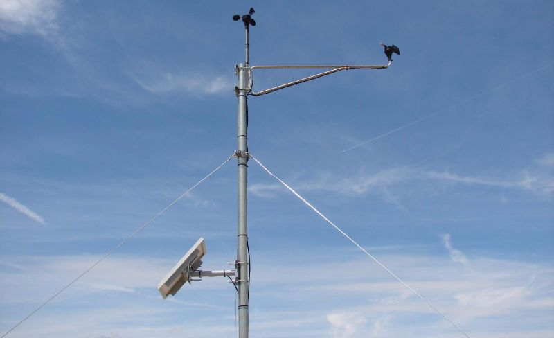 Los mástiles meteorológicos cuentan con anemómetros y veletas.