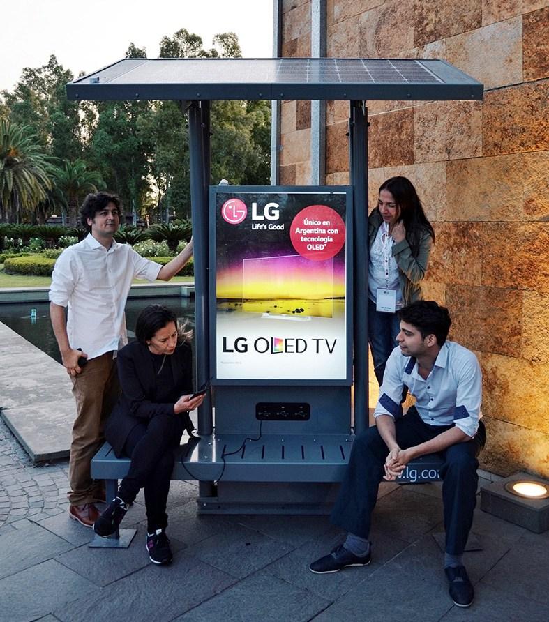 LG-Panel-solar-con-Gente